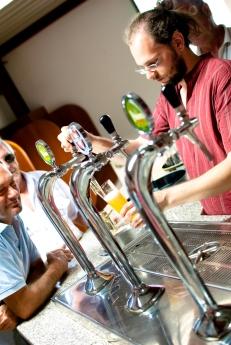 spinare la birra sotto l'occhio vigile del mastro birraio e quello altrettanto vigile di chi aspetta la pinta