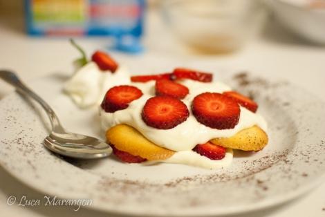 Dessert Cremoso con Scaglie di cioccolato bianco e fragole (o frutti di bosco)